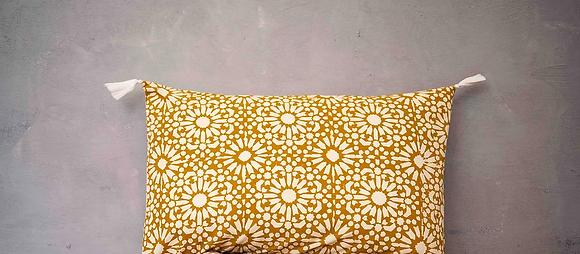 Coussin Keva Yellow Sun Caravane jaune or motif fleurs tissu indien blockprint fait main Inde Kirane Moodbox