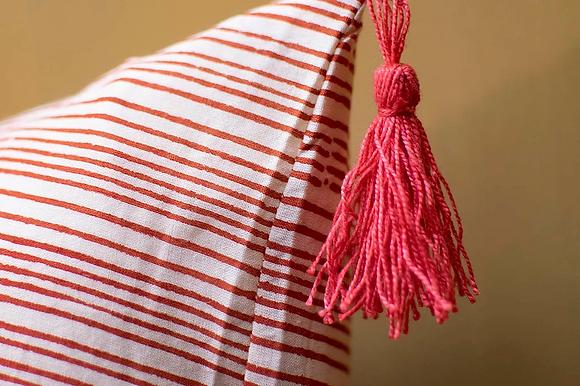 Coussin Keva Stripe rayures rouges finition pompons housse de coussin indienne blockprint fait main Inde Kirane Moodbox