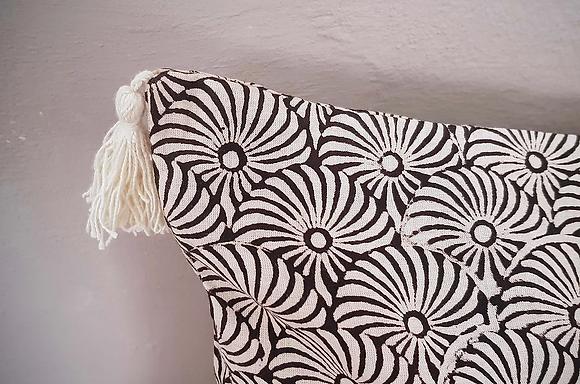 Coussin Keva Haïku Caravane motif spirales noir tissu indien fait main blockprint Inde Kirane Moodbox
