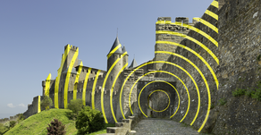 Incroyable effet d'optique de VARINI - sur les murailles de Carcassonne : CONCENTRIQUES EXCENTRIQUES