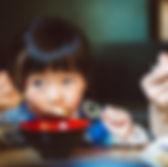 레스토랑에서 어린 소녀