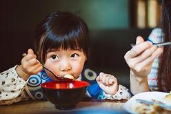 Petite fille dans un restaurant