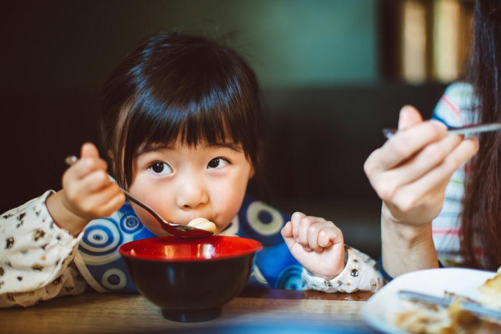 Kleines Mädchen in einem Restaurant