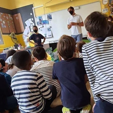 Le skipper Charlie Dalin rend visite aux enfants d'une école au Havre