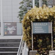 3.階段を登って右に曲がります。