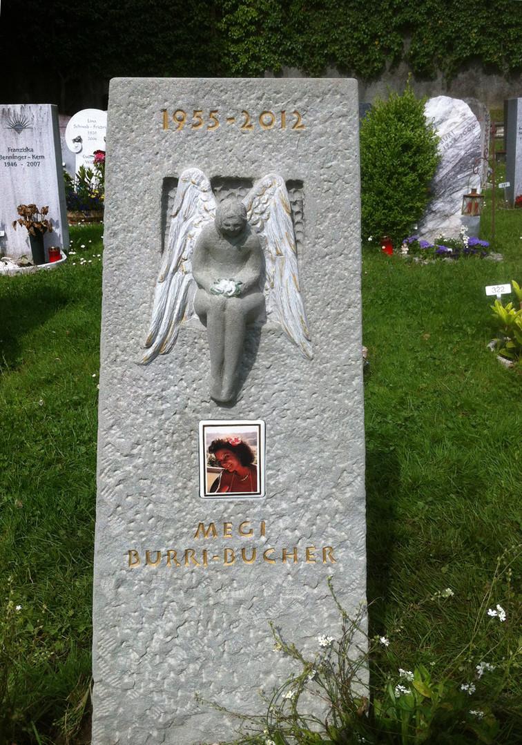 sitzender Engel Relief Sandstsein Grabstein
