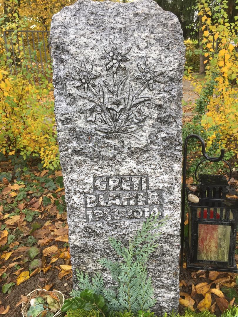 Grabdenkmal aus Gneis mit Edelweiss