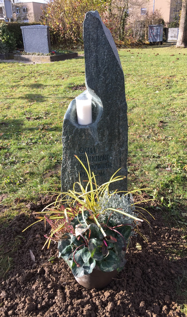 Grabstein aus Flussfindling mit Kerze