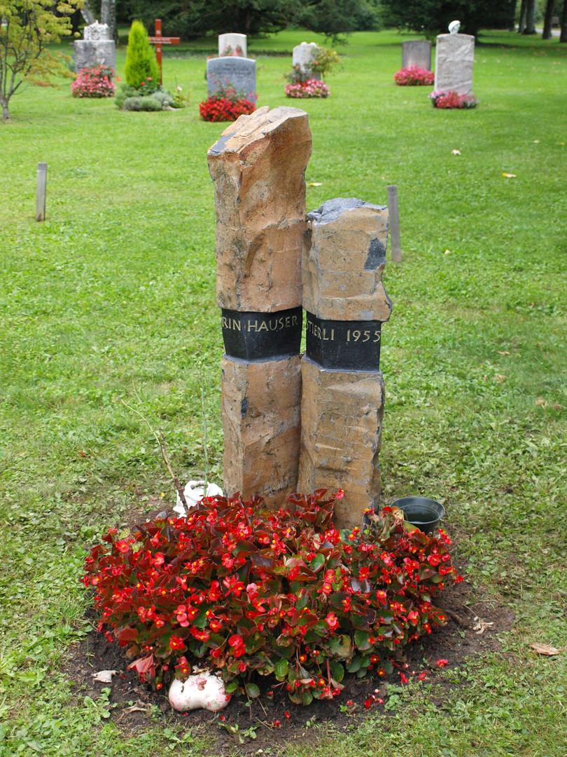 Urnengrab Basaltsäulen mit gesschliffener Schriftfläche