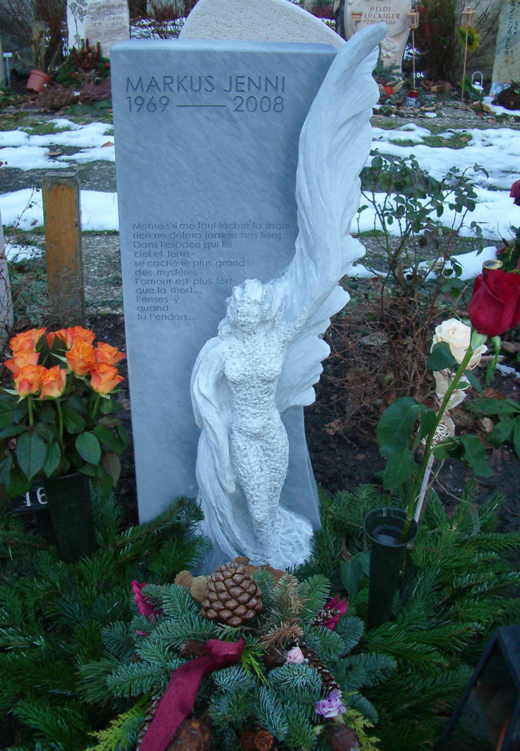 Engelfigur 3/4 plastisch aus Marmor Grabstein