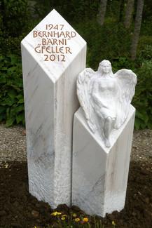 sitzende Engelsfrau aus Marmor Grabstein