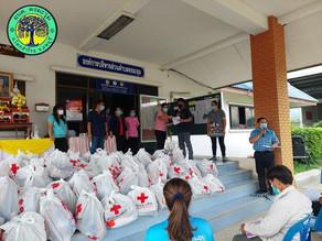 อบต.ดงมะรุม พร้อมทีมงานนำมอบถุงยังชีพให้ผู้นำชุมชนส่งมอบให้กับประชาชนกลุ่มเสี่ยงสูงโควิด 19