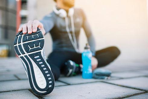 deportista-anonimo-que-extiende-paviment
