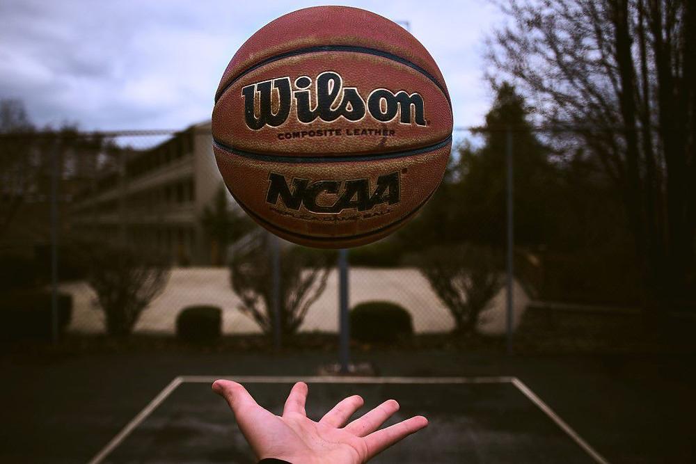 כדורסל מחליק על יד מזיעה