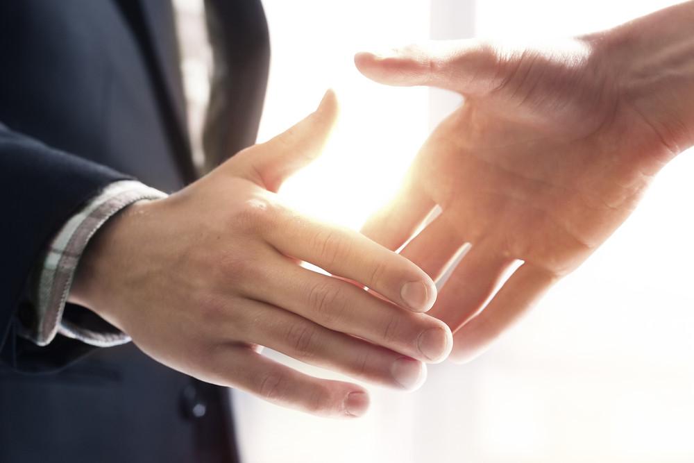 ידיים מזיעות בפגישה יכולות לגרום למבוכה
