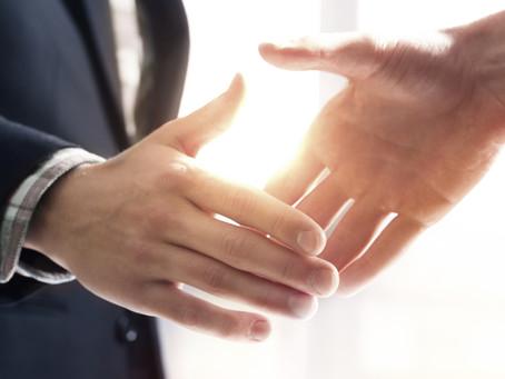 מה אנשים חושבים ומרגישים כאשר הם פוגשים אדם שסובל מהזעת יתר בכפות הידיים?