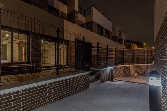 Acceso_peatonal_urbanización_noche.jpg