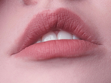Kształtne i zmysłowe usta przyciągają wzrok