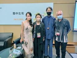 香港演藝學院舞蹈系院長陳頌瑛女士(左一)       及資深藝術工作者麥秋先生(右二)
