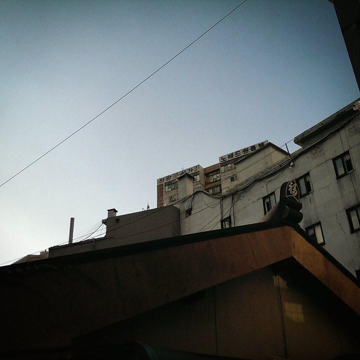 필동 골목길 겹겹이 중첩되어 보이는 오래된 도시의 풍경을 볼 수 있는 좁은 필동의 골목길. 큰길에서는 볼 수 없는 좁은 골목 사이 사이의 식당은 이 골목을 처음 접하는 사람에게 신선한 충격을 준다.jpg