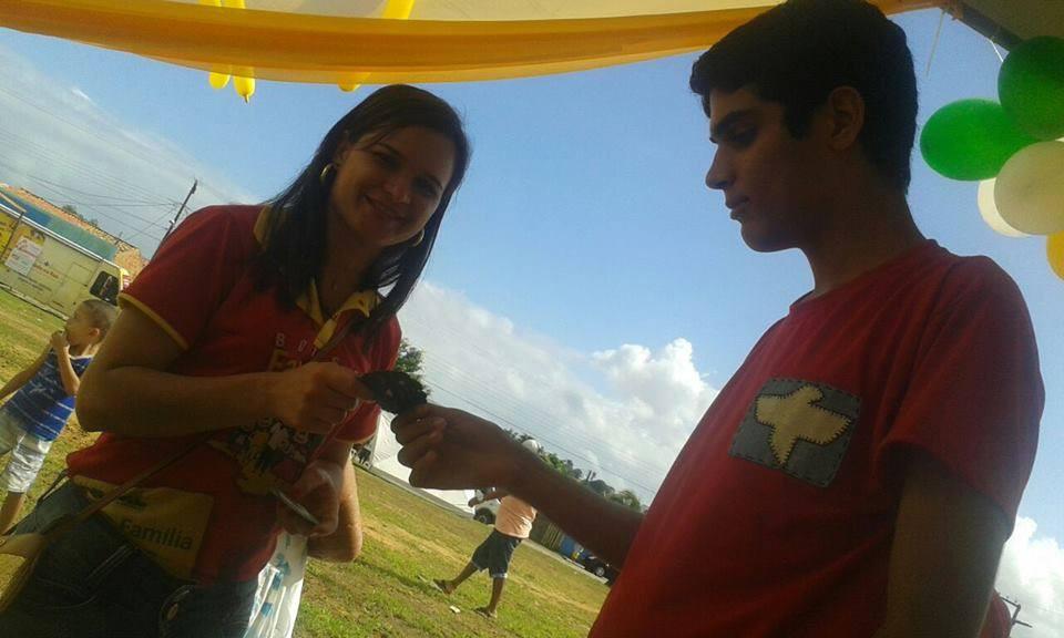voluntarios distribuindo sementes