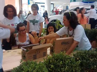Christiane Nogueira ensinando a vivir sostenivelmente pelas açoes de responsabilidad social empresarial que faz com a ONG ambientialista Canto Vivo, preservando a ecologia e a natureza do Brasil