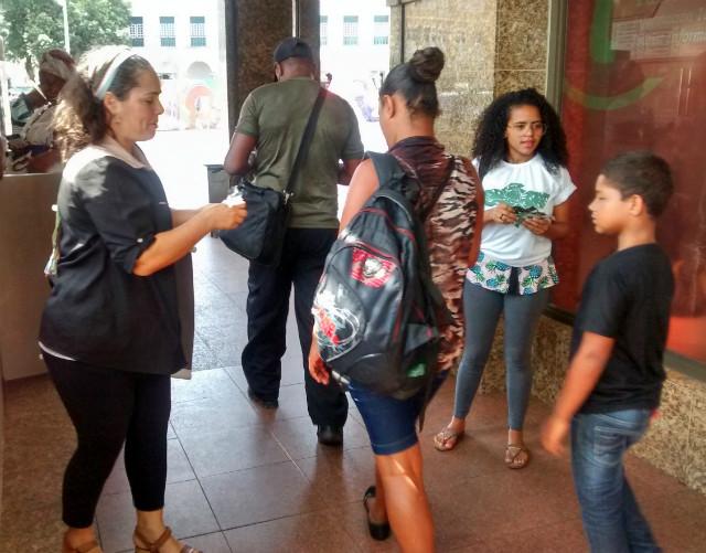 Cristiane Nogueira distribuindo sementes em salvador