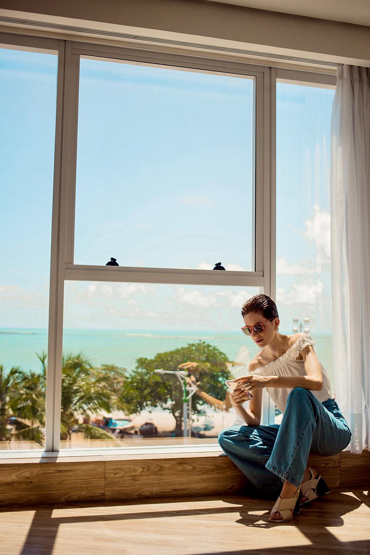 Dani Lachter no quarto do hotel Brisa Suites em Maceió