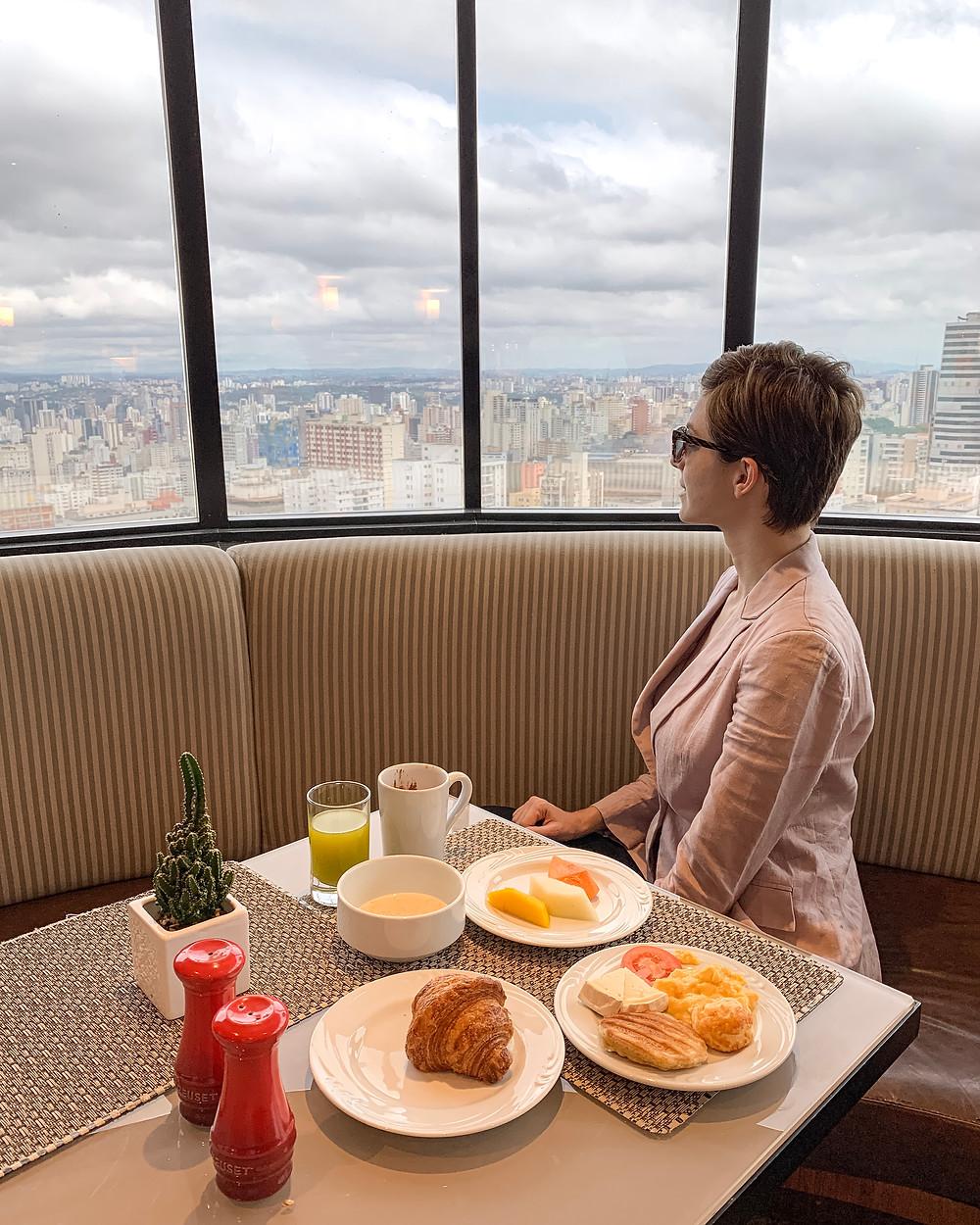 Dani Lachter toma café da manhã no hotel renaissance em SP