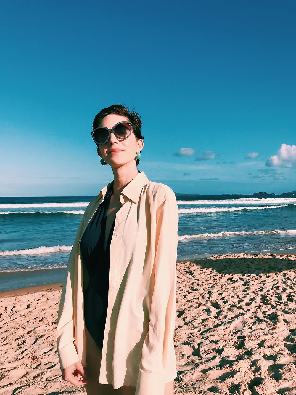 look_com_camisa_praia_chique_elegante