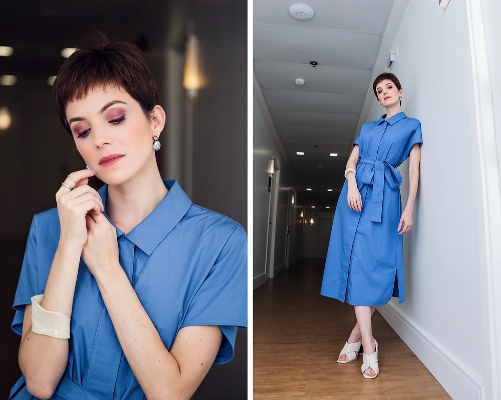 Dani Lachter com vestido azul de botões midi