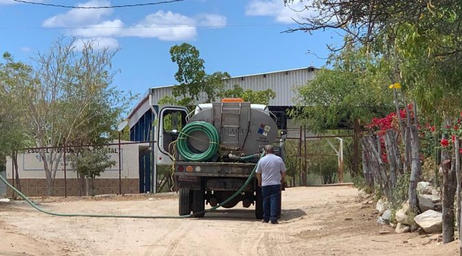 Pipas abasteciendo agua en comunidades afectadas