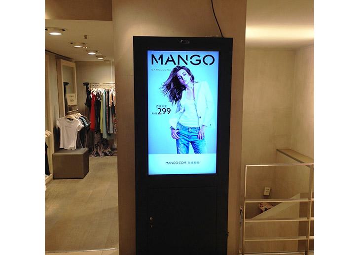 freestanding-digital-displays-for-mango
