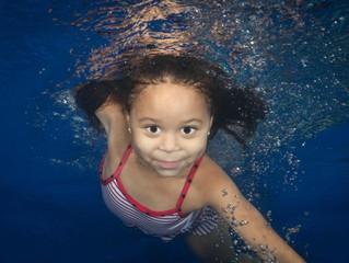 Cómo los niños se benefician de nadar durante todo el año