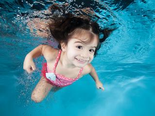 Gafas: ¿deberíamos enseñar a los niños a nadar con gafas puestas?