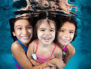 4 razones por las que las clases en grupo de natación son mejores que las clases privadas