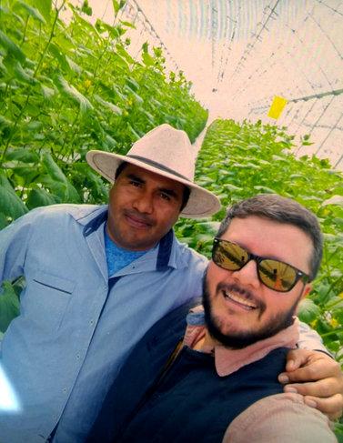 Agricultor con técnico AliBio