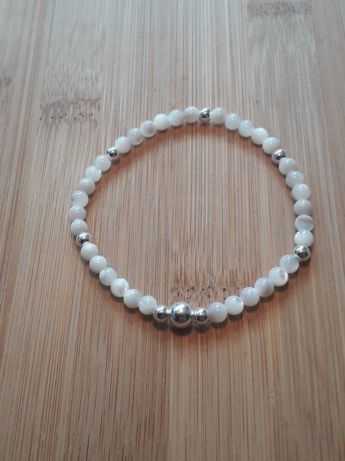 Mother of pearl bracelet elasticated
