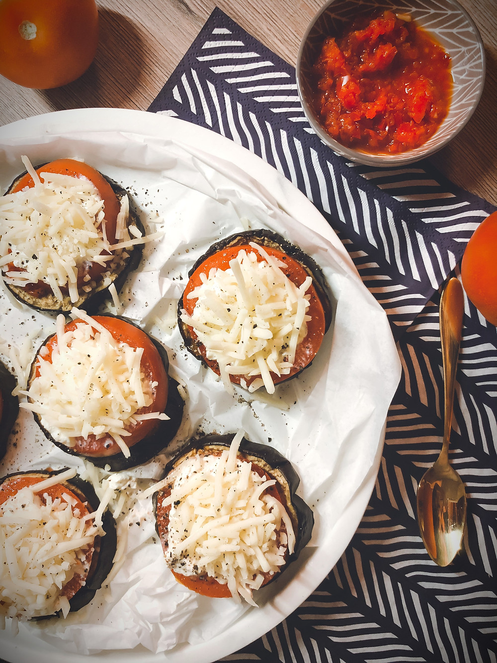 focusflowfood focus flow food low carb rezept mit auberginen gesunde pizza mozzarella tomaten
