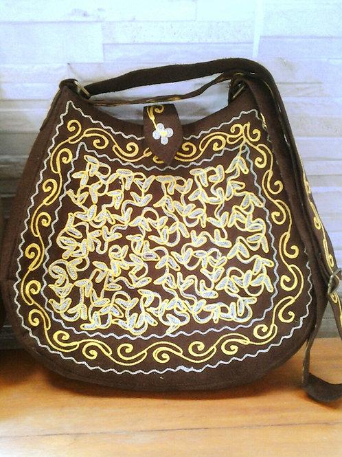 Bolsa de antílope bordada com fios em tons de amarelo.