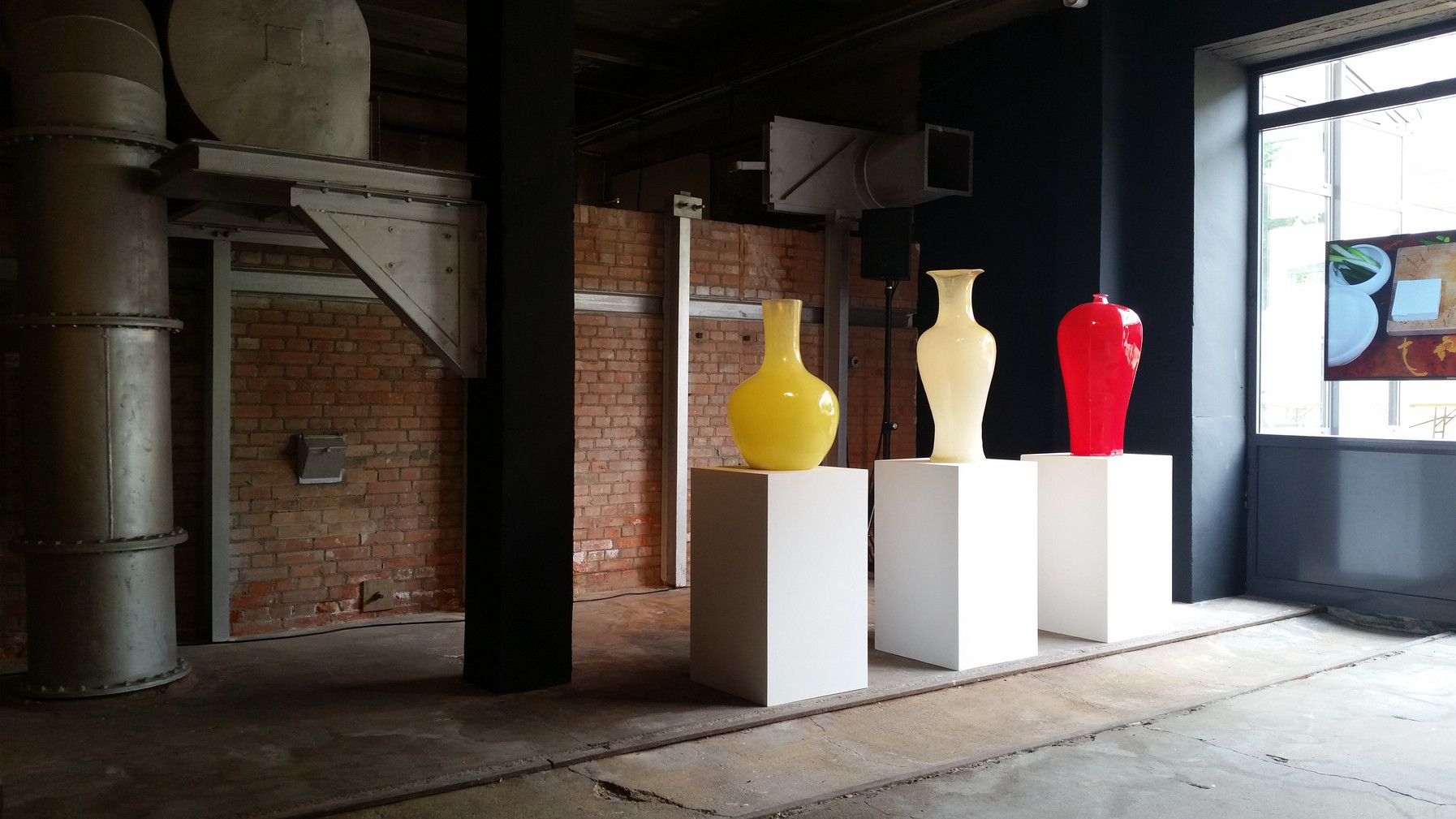 Installation view, Ceramique Contemporaine Coréenne, Bernardaud Foundation, Limoges, France