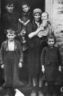 Famiglia contadina del podere Casella (zona di Strabatenza, 1943)