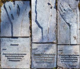 Lastre di bronzo con versi di Gianni Rodari