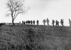 """Partigiani dell'8° Brigata Garibaldi """"Romagna"""" in marcia sull'Appennino"""
