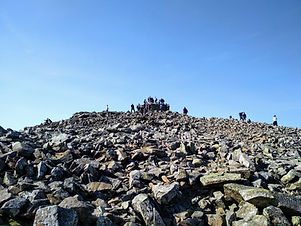 Crowded Scafell Pike Summit (BEE-Adventures).jpg