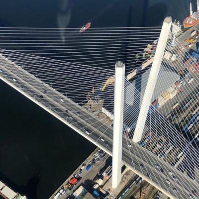 Вид из кабины вертолёта на Золотой мост.