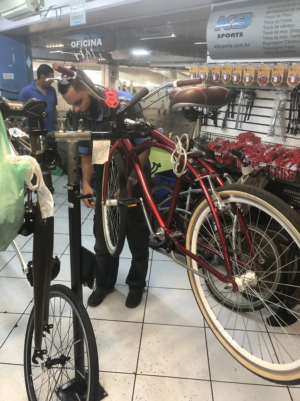 consertando as bikes na oficina