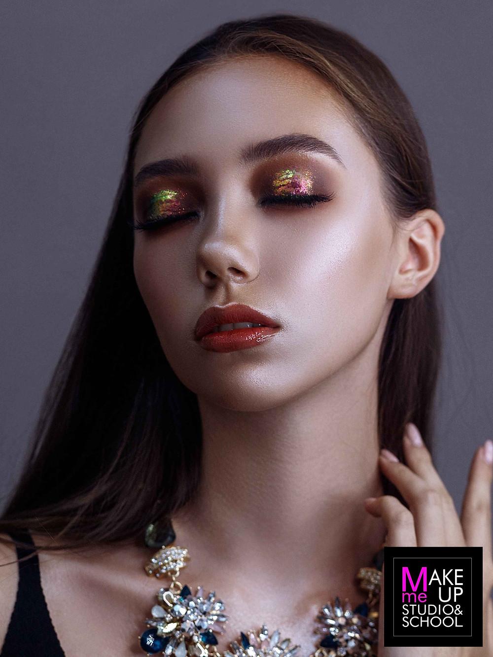 Как выглядит макияж с глиттером?