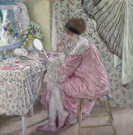 Макияж в начале 20-го века. Девушка наносит помаду, используя губную палочку, завернутую в бумагу.