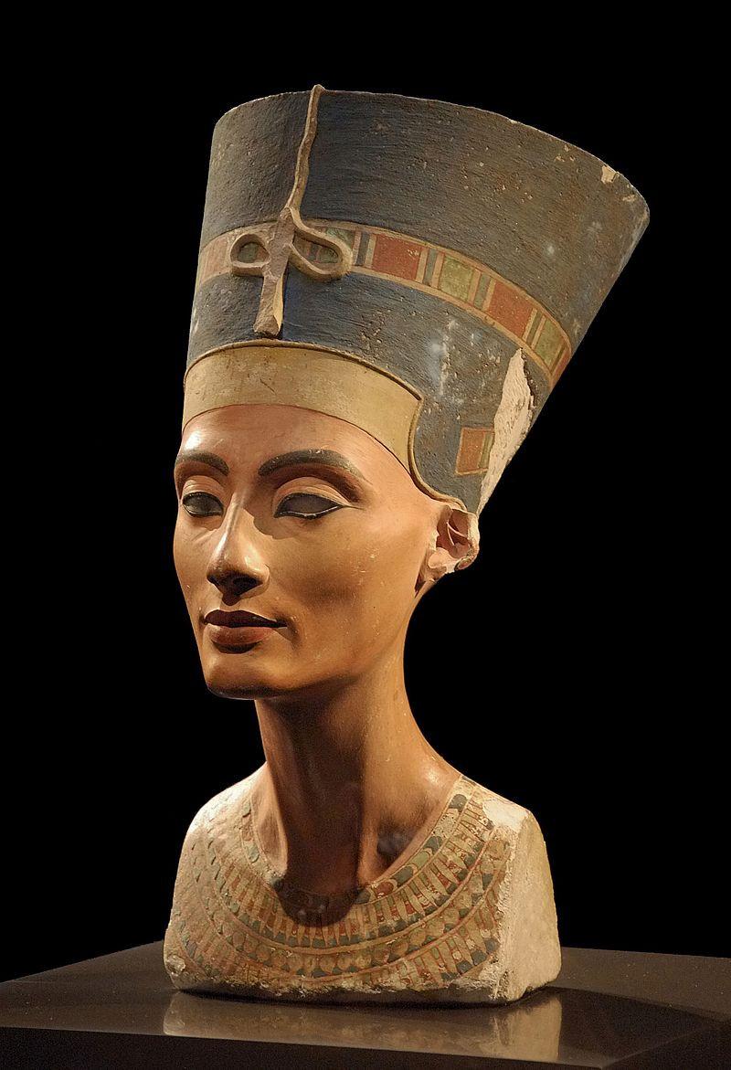 Бюст Нефертити с красными кубами